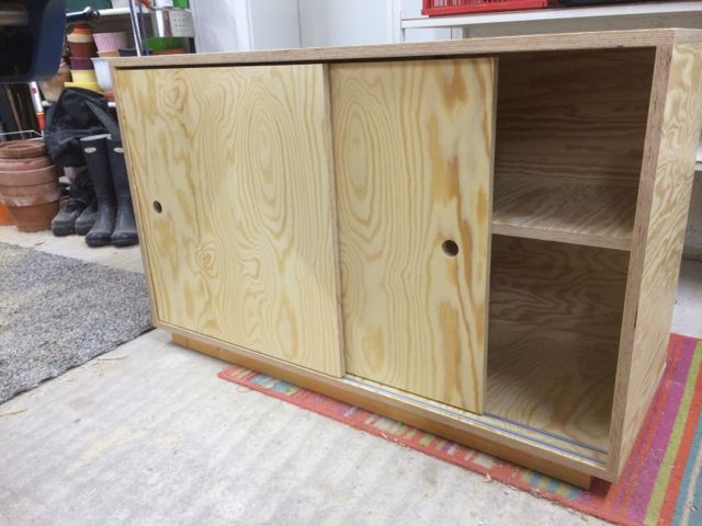 Kleines Sideboard mit Schiebetüren - Holz und Leim